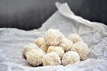 Przepyszny deser dla wielbicieli kokosu :). Od dłuższego czasu przynajmniej raz w tygodniu przyrządzam dla swoich domowników wegańskie domowe Rafaello :). Jest rewelacyjną przek...