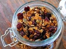 Od dłuższego czasu przygotowuję w domu własną granolę i zapewniam, że każdy pożeracz gotowych płatków śniadaniowych (w większości z dodatkiem syropu glukozowo-fruktozowego lub t...