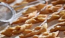 Przepis na Faworki 400 g mąki pszennej tortowej szczypta soli 5 dag masła 1 j...