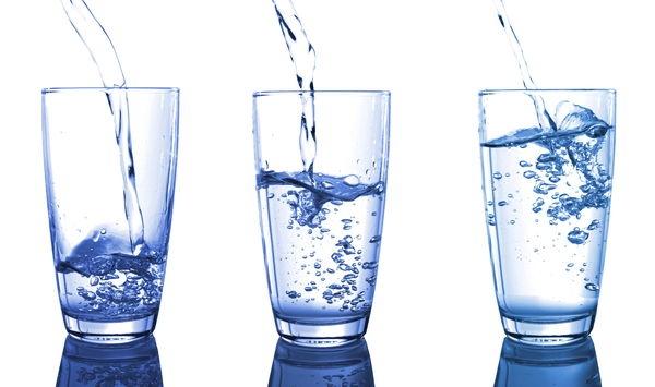 Jakiego rodzaju wodę najlepiej kupować? Okazało się , że nabycie jonizatora i spożywanie dobrej wody jonizowanej zdoła przekształcić Twoje samopoczucie. Czysta woda i woda jonizowana mają duży wpływ na nasze ciało bo ich struktura różni się od wody mineralnej. Woda ma taką fakturę, iż jej drobiny sklejają się razem i produkują tak zwane cząsteczki. Zwykła bieżaca woda lub woda mineralna zbudowana jest z nawet do 30 takich molekuł. Jej struktura ogranicza  przekraczanie przez komórki. Woda jonizowana jest inna. Z przyczyny systemu odkwaszania wody jonizatorem , to znaczy elektrolitycznego rozczepienia wody, drobina wody alkalicznej zawiera z 6 drobinek.