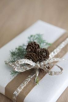 Jak ładnie opakować świąteczny prezent? Nic prostszego - prezent owiń białym ...