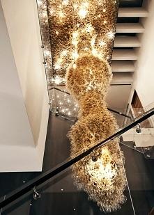 Piękne, monumentalne, niezwykle nowoczesne oświetlenie sztuczne wnętrza willi...