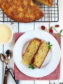 Błyskawiczne ciasto z jabłkami (podane z sosem custard)