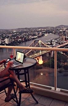 Przyjemniej pracować na balkonie mając takie widoki ;)