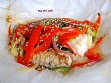 Filet rybny z papryką, cukinią i cebulą, zapiekany w pergaminie. Zdrowy, pyszny posiłek, idealny na lunch.