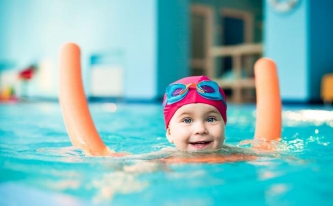 KATEGORIE WIEKOWE NAUKI PŁYWANIA DLA DZIECI ❤️  Szkoły pływania dla dzieci są coraz popularniejsze. Również rośnie świadomość rodziców i opiekunów, którzy zapisują swoje dzieci na naukę pływania, chcąc zapewnić im wszechstronny rozwój fizyczny. Szkółki pływackie prowadzą naukę pływania dla dzieci, według kryteriów wiekowo-rozwojowych, umożliwiających efektywne prowadzenie zajęć.  Sprawdź kategorie wiekowe nauki pływania na naszym blogu FitPlanner ;) Klik w obrazek!  FitPlanner - wyszukiwarka zajęć sportowych i klubów w Twojej okolicy. Znajdź basen  z zajęciami lekcji pływania na FitPlanner ;)