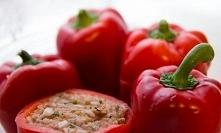 Papryki nadziewane mięsem drobiowym i czosnkiem   Składniki:  6 sztuk papryki 0,5 kilogram mięsa mielonego drobiowego 0,5 szklanek koncentratu pomidorowego 2 łyżki oregano 6 szt...
