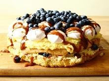 mmm pyszne ciasto z biszkoptem, kremem, bezami i borówkami a do tego oblane p...