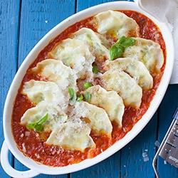 Pierogi ze szpinakiem i ricotta zapiekane w sosie pomidorowym