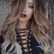 Ładny makijaż, trochę mocne usta, ciekawa bluzka/sukienka(cokolwiek to jest :P )