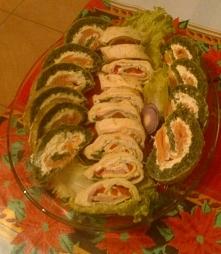 Na zdjęciu roladki łososiowe ze szpinakiem i roladki z tortilli z szynką, pyc...