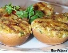 Jajka faszerowane   Składniki:  4 jajka 1,5 łyżeczki musztardy 1,5 łyżeczki majonezu pół pomidora pokrojonego w kostkę garść świeżego szpinaku sól, pieprz Przygotowanie:  Jajka ...