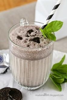 Shake'a (na 1 porcję): 3 ciasteczka oreo lub im podobne (w tym pół do dekoracji) 2 kulki lodów śmietankowych 200-250 ml mleka 2% (w zależności czy chcecie by napój był bardziej ...