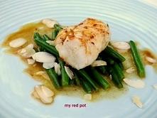 Filet rybny z fasolą szparagową oprószony migdałami w winnym sosie. Zdrowy, pyszny obiad.