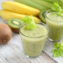 Koktajl z bananem i pietruszką  2 banany 1 kiwi sok z połówki cytryny pół nat...