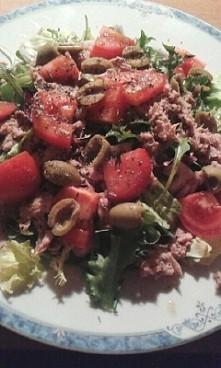 Dzisiejsza kolacja :) miks sałatek,  tuńczyk , pół pomidora, 5 oliwek i trzy ...