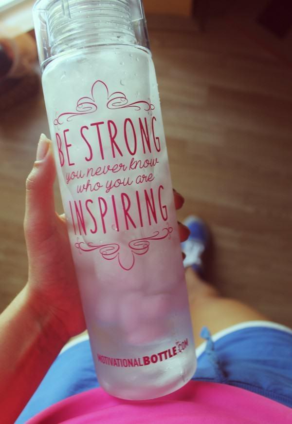 """""""Be STRONG you never know who you are INSPIRING""""  ❤️  Taka motywująca butelka sportowa na wodę potrafi dać kopa ;)  FitPlanner - wyszukiwarka zajęć sportowych, klubów fitness i instruktorów."""