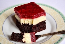 Czekoladowe ciasto z masą budyniową i truskawkami  Składniki: CIASTO: pół szklanki mleka 50 g gorzkiej czekolady 1 jajko 2/3 szklanki cukru 1/4 szklanki oleju pół szklanki kwaśn...