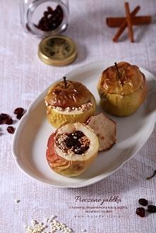 Pyszny, zdrowy deser, na dodatek pożywny i bogaty w składniki mineralne. Pieczone jabłka z żurawiną, ekspandowaną kaszą jaglaną, sezamem i miodem. Deser świetny dla wszystkich. ...