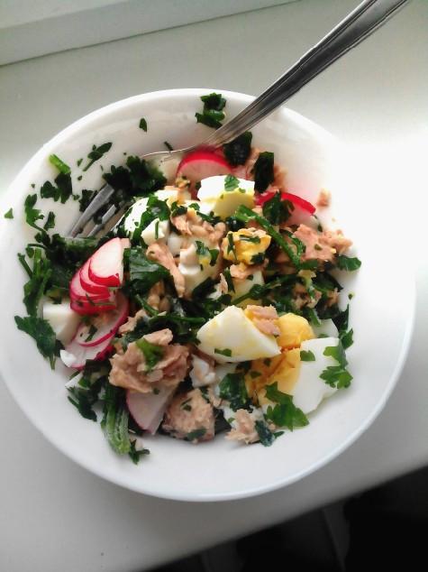 Drugie sniadanie lub kolacja. 2jajka na twardo, 3 lyzki tunczyka w sosie wlasnym,2 rzodkiewki, 3 lyzki natki pietruszki. Smacznego :)