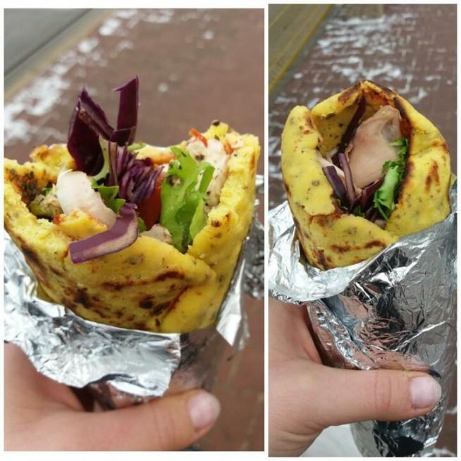 Obiad na szybko. Czyli zdrowy kebab. naleśnik z mąki kukurydzianej doprawiony bazylią, pieprzem ziołowym. z gotowanym kurczakiem, mozzarella, mix sałat, kapusta czerwona, pomidor.