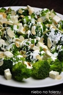 Sałatka z brokułami i serem feta  Składniki:  - dwa mniejsze lub jeden duży kwiatek brokuła - ok. 10-15 dag sera feta - mały, gęsty jogurt naturalny - łyżka majonezu - ząbek lub...