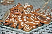 Pierniczki Świąteczne  kruche, aromatyczne i pyszne. Przy tym cudnie się prezentują na choince i szybko z niej znikają ;)