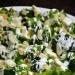 Sałatka z brokułami i serem feta  Składniki:  - dwa mniejsze lub jeden duży kwiatek brokuła - ok. 10-15 dag sera feta - mały, gęsty jogurt naturalny - łyżka majonezu - ząbek lub dwa czosnku - garść płatków migdałów - sól, pieprz     Brokuły podziel na małe różyczki odcinając je od łodygi. Wrzuć na wrzącą, osoloną wodę i blanszuj (b. krótko gotuj) ok. 2-3 minuty, w przypadku mrożonki - jeszcze krócej. Wyjmij z wody łyżką cedzakową i ułóż na talerzu do wystudzenia. Z jogurtu, majonezu, szczypty soli, pieprzu i zgniecionego ząbka czosnku wymieszaj sos. Migdały wrzuć na podgrzaną, teflonową patelnię i przytrzymaj na ogniu do lekkiego zezłocenia. Pokrusz fetę na brokuły, zalej wszystko sosem i posyp uprażonymi migdałami.