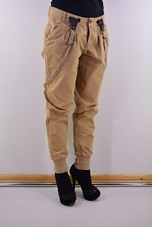 beżowe spodnie z szelkami