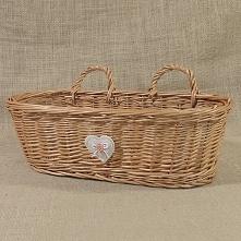 Zgrabny i wielofunkcyjny koszyk wiklinowy z możliwością zawieszenia na ścianie. Koszyczek dodatkowo zdobiony jest serduszkiem. Można go wykorzystać np. do przechowywania kosmety...