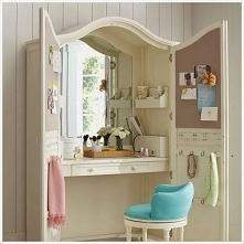 Ciekawy pomysł na toaletkę w oknie :)