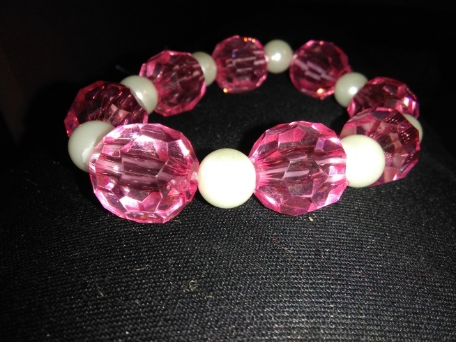 Bransoletka wykonana przeze mnie z perełek i plastikowych różowych korali