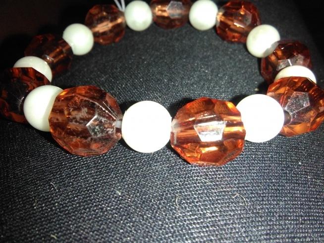 Bransoletka na gumce z perełek i bursztynowych koralików