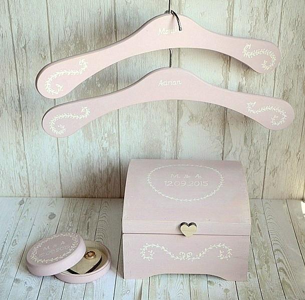 Przepiękny zestaw ślubny: pudełeczko na obrączki, skrzyneczka na kartki ślubne i dwa spersonalizowane wieszaki. Dostępne w sklepie internetowym Madame Allure! :)
