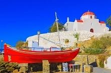 Fototapeta F2290 - Czerwona łódź na tle kościoła