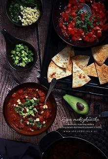 Pikantna zupa meksykańska podana w obowiązkowym towarzystwie chrupiących, domowych czipsów z tortilli i pomidorowej salsy Pico de Gallo