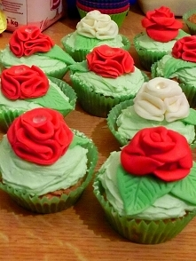 Piękne babeczki z kwiatami z masy cukrowej.