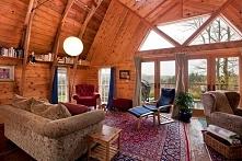 Wnętrze przebudowanej stodoły i widok na salon w jej wnętrzu - zobacz jak sta...
