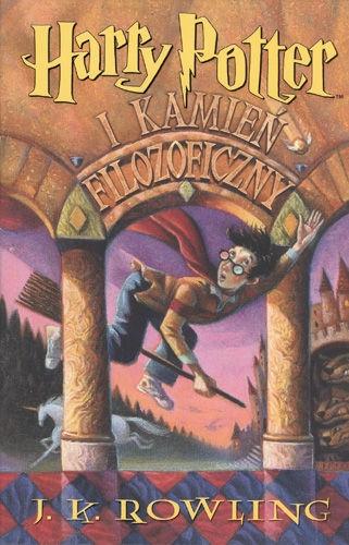 """""""Harry Potter [...]"""" J.K.Rowling (seria) Akcja Harry'ego Pottera toczy się w alternatywnej wersji naszej rzeczywistości, w której istnieje niezależne społeczeństwo czarodziejów; z własnymi szkołami, ministerstwem magii, instytucjami itp. Jest ono ukrywane przed zwyczajnymi, niemagicznymi ludźmi (nazywanymi przez czarodziejów mugolami)."""