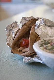 Pita pełnoziarnista z kurczakiem i sosem tzatziki