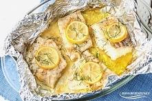 Dorsz z folii w maśle czosnkowym Składniki: dorsz- 1 filet * masło- 50 g * czosnek- 2 ząbki * cytryna- sok z 1 szt. + kilka plasterków * sól, pieprz * koper- garść Wykonanie: Na...