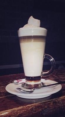 latte z syropem czekoladowo-miętowym
