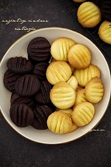 Składniki na około 20 - 30 ciasteczek: 120 g masła (nie margaryny do pieczenia), schłodzonego 3 łyżki cukru pudru 150 g mąki pszennej kilka kropel ekstraktu lub aromatu waniliow...