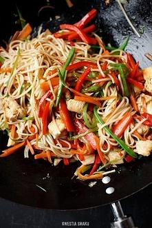 Chow mein z kurczakiem   Składniki 2 porcje      2 łyżki oleju roślinnego    ...