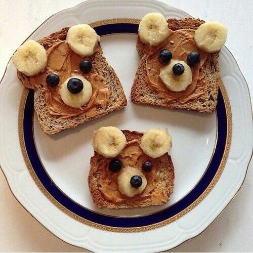 Kanapki idealne na śniadanie. :) Masło orzechowe, banany, borówki