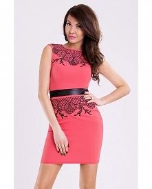 Różowa sukienka z ozdobnym haftem.