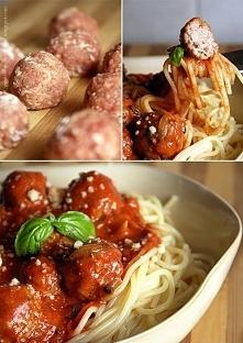 Makaron z pulpecikami: (porcja na 6 osób) pulpeciki - 250 g mielonej wieprzowiny, 250 g mielonej wołowiny, 1 jajko, 2 łyżki startego parmezanu, 1 posiekany ząbek czosnku, 1 łyże...