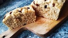 Ciasto owsiane z rodzynkami Składniki: - 4 białka jaj + 2 żółtka - 100g płatków owsianych - szczypta proszku do pieczenia, -słodzik lub ksylitol ew. miód - duża łyżka jogurtu na...