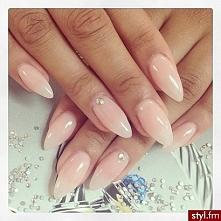 Kolejna propozycja na Studniówkę :) Jeżeli nie chcesz aby Twoje paznokcie przyćmiły całą resztę wybierz coś delikatniejszego. Piękny mleczno-beżowy kolor dopełni stylizację :)