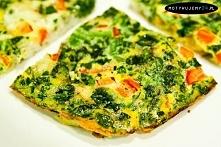 Frittata z serkiem wiejskim, kalafiorem i brokułami...    Składniki:   - 2 ja...
